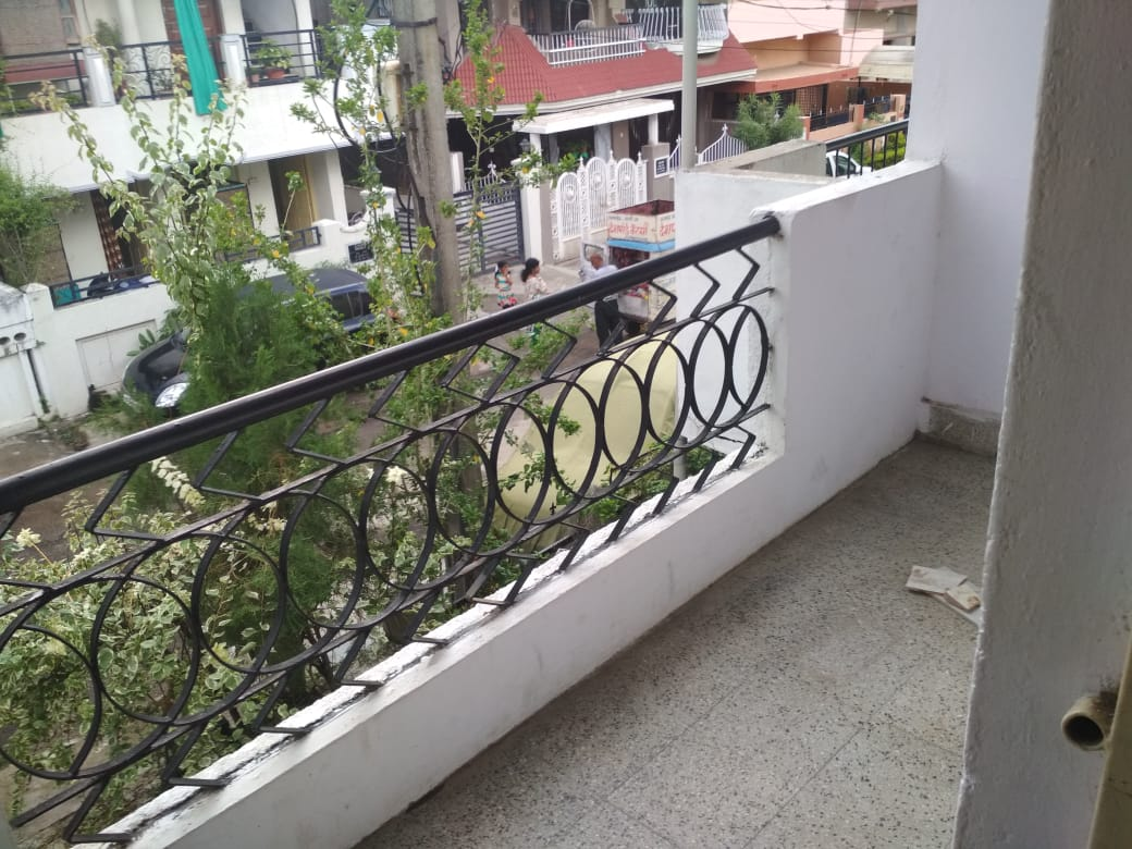 On 1st floor 1bhk semifurnished rent 8000 at pratap nagar