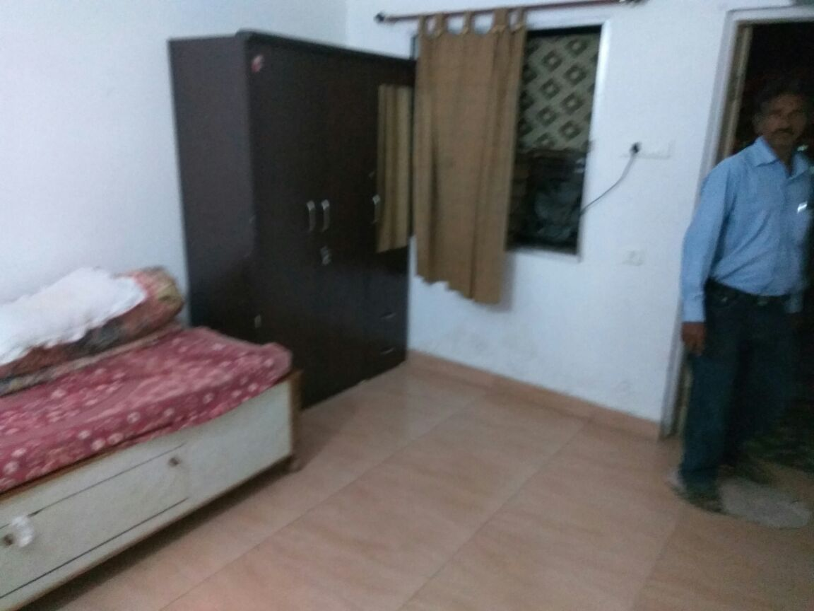 t's a 2 bhk builder floor situated in Seminary Hills. The house is full furnished.